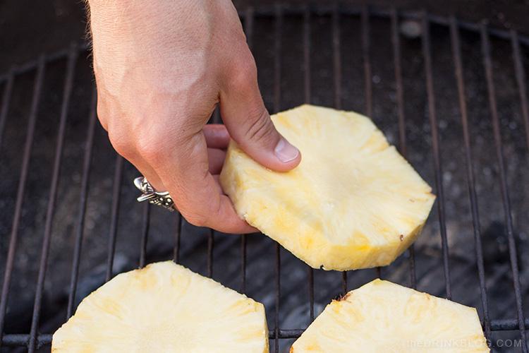 mettre l'ananas sur le gril