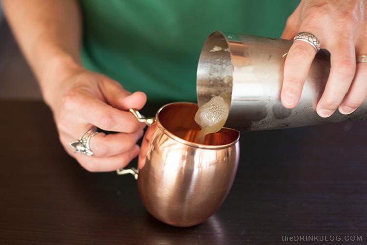 verser dans une tasse en cuivre Buxxu