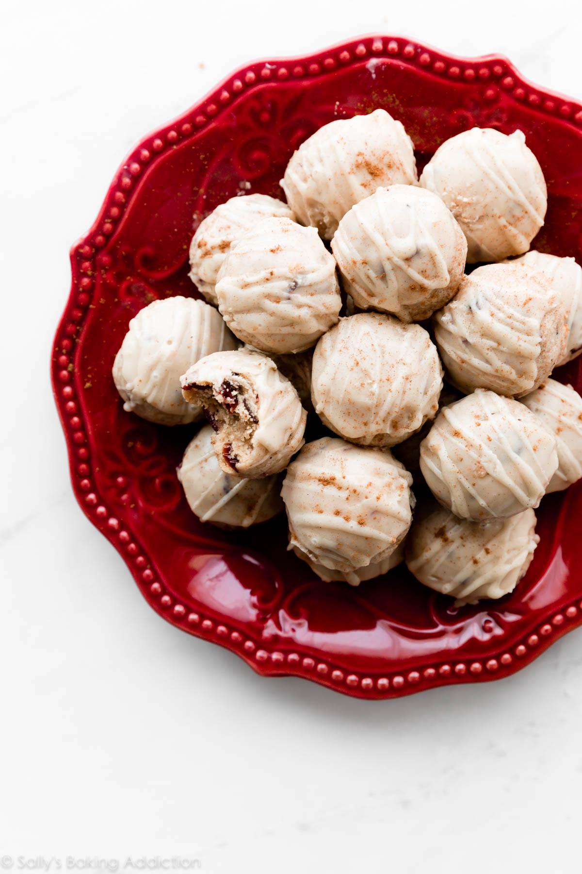 biscuits aux canneberges et aux épices avec glaçage au lait de poule