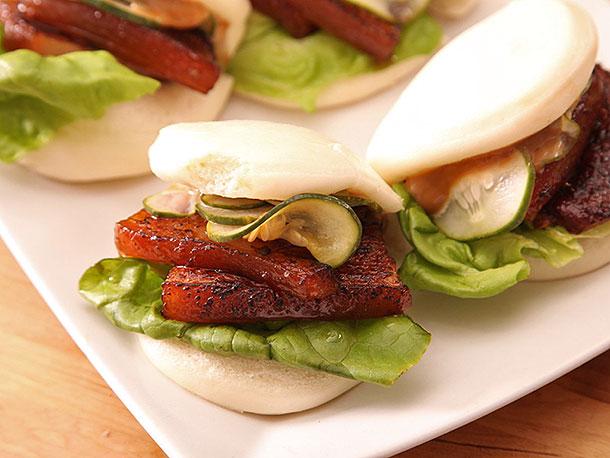 Photo of Brioche de poitrine de porc sous vide avec mayonnaise au porc braise et concombres marinés rapidement
