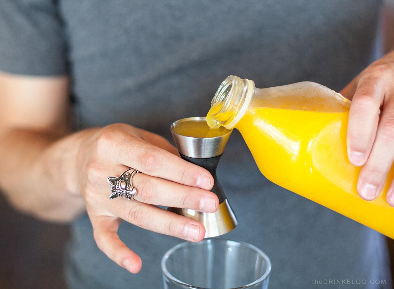 verser le jus d'orange