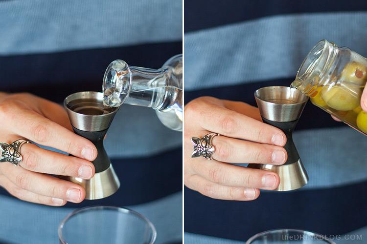 verser la vodka et l'eau d'olive
