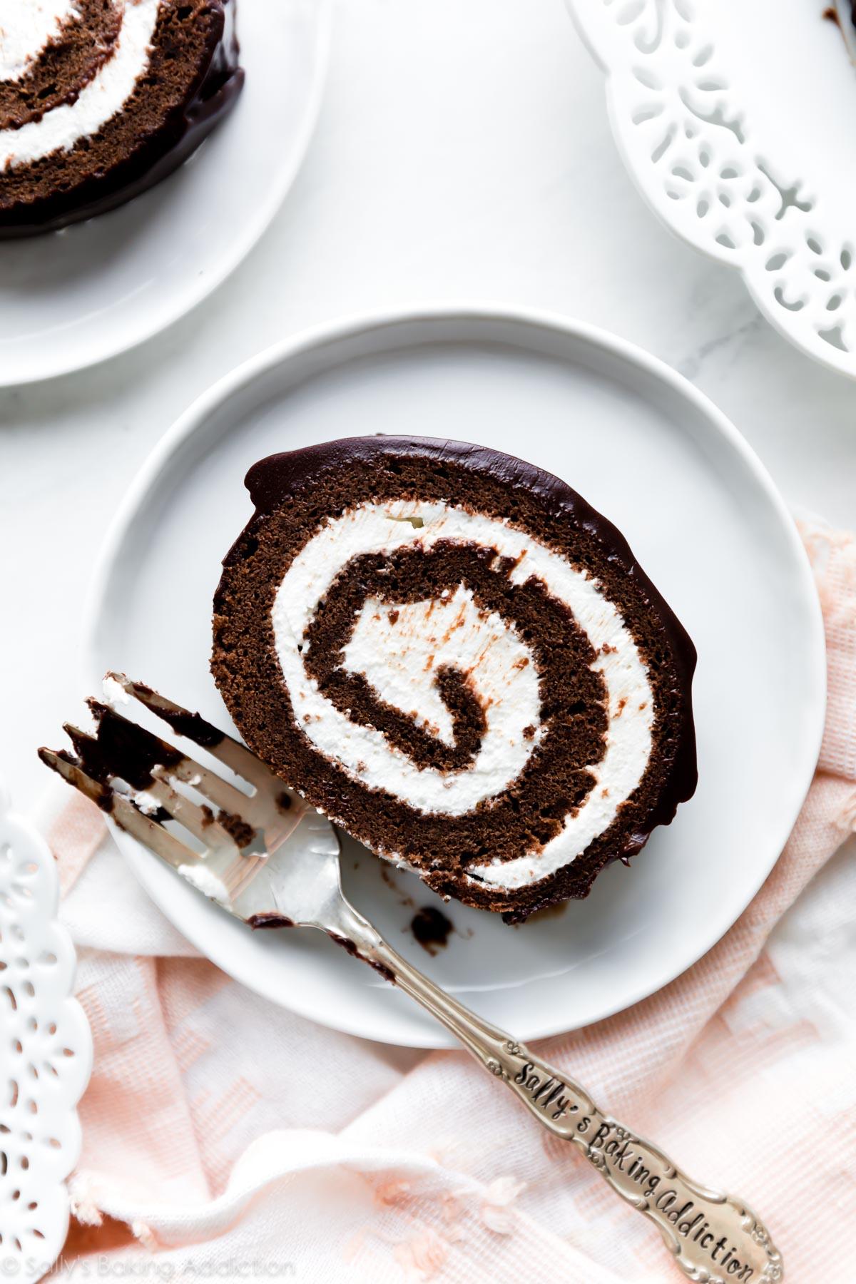 Gâteau au chocolat suisse sur plaque blanche
