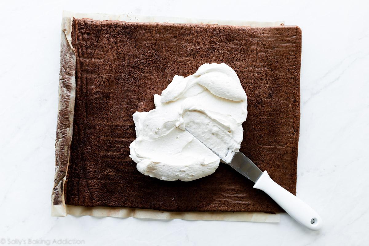 Garniture à la crème fouettée pour gâteau au chocolat suisse au rouleau