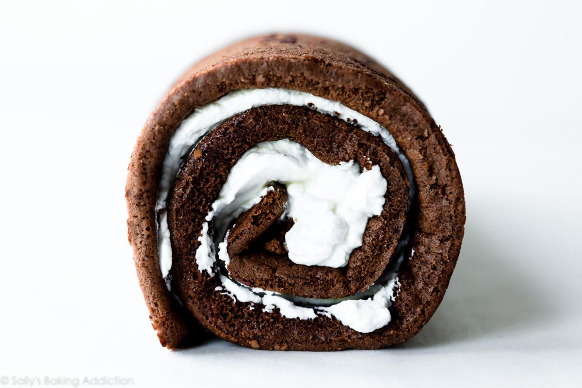 Rouleau à gâteau au chocolat fourré de crème fouettée