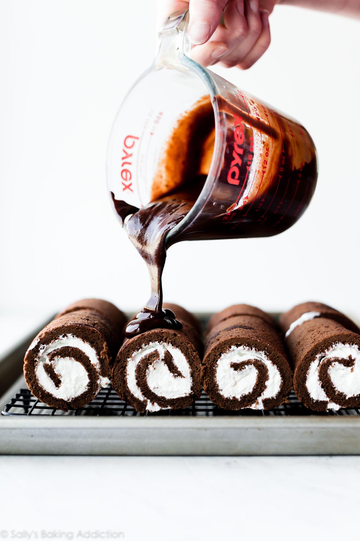 Verser la ganache au chocolat sur des mini-gâteaux suisses au chocolat
