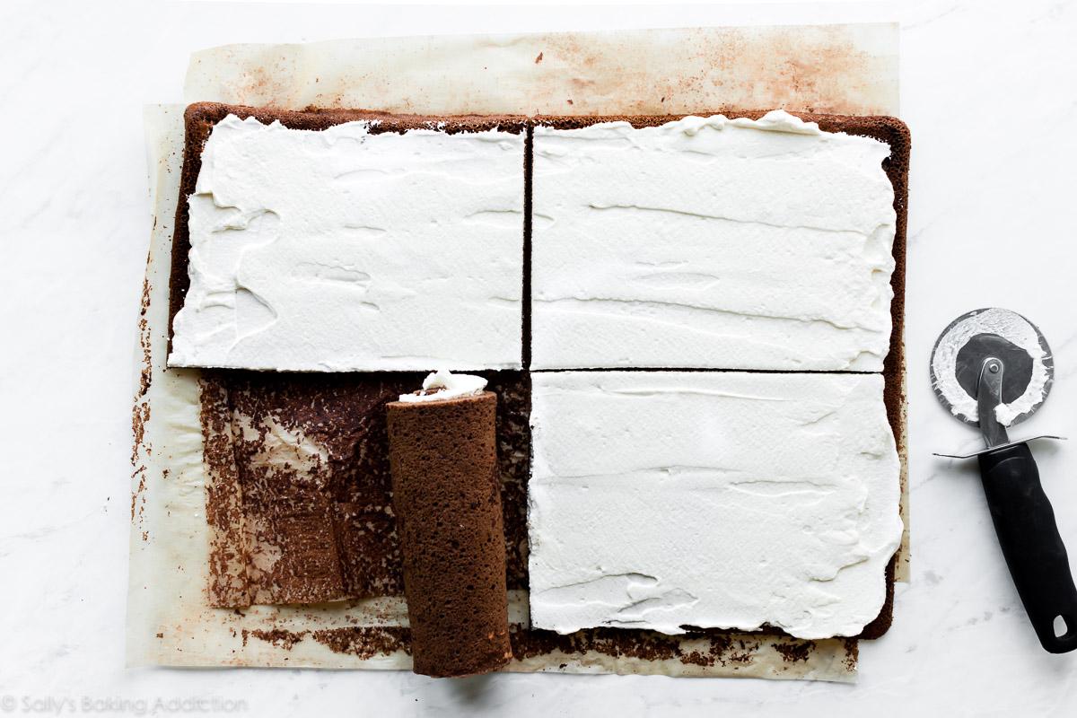 Couper des petits gâteaux suisses au chocolat