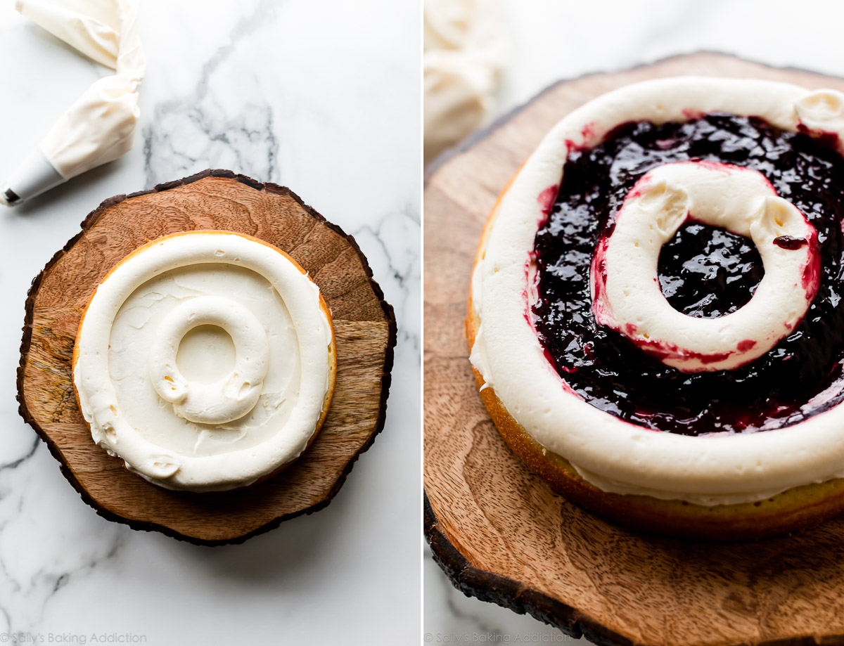 Tuyauterie et remplissage des couches de gâteau avec glaçage et confiture de mûres