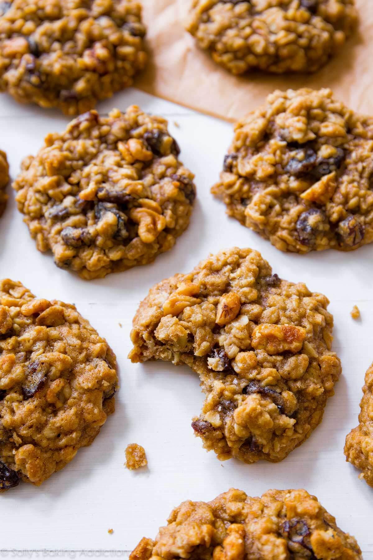 Biscuits doux moelleux de raisin d'avoine sur sallysbakingaddiction.com