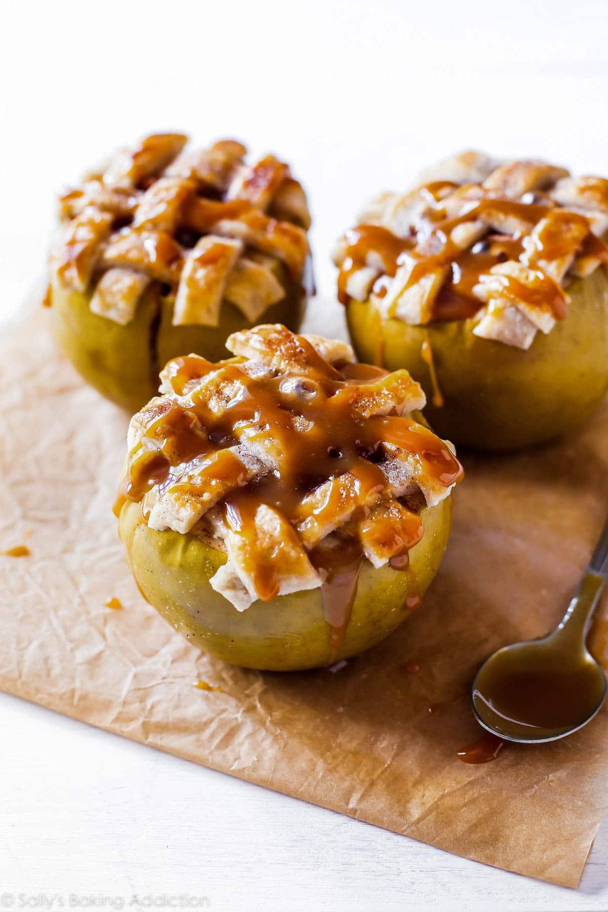 Tarte aux pommes cuite dans une pomme! Garni de croûte de tarte au beurre et de sauce au caramel salé. Recette facile de tarte aux pommes sur sallysbakingaddiction.com