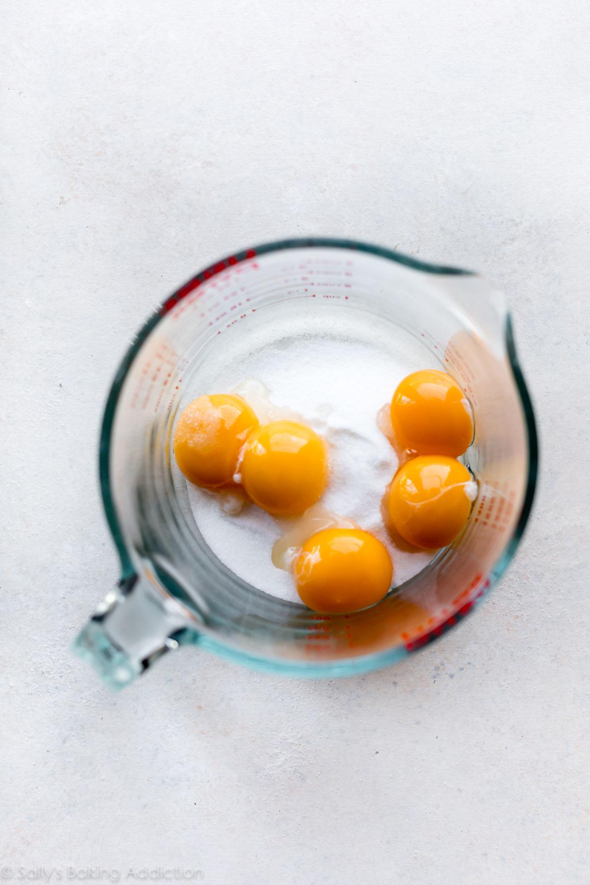 Jaunes d'oeufs pour crème brûlée sur sallysbakingaddiction.com