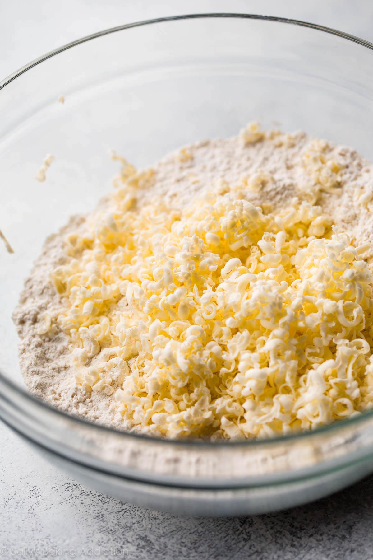 beurre râpé dans un bol en verre