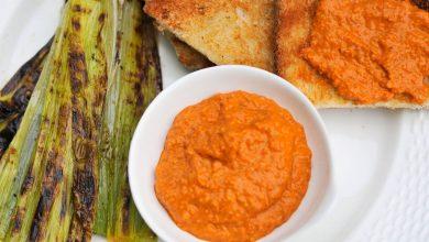 Photo of Recette de poireaux grillés avec sauce romesco