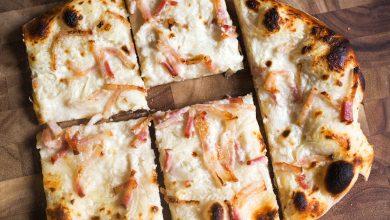 Photo of Recette de tarte flambée classique (pizza alsacienne au fromage frais, oignons et bacon)