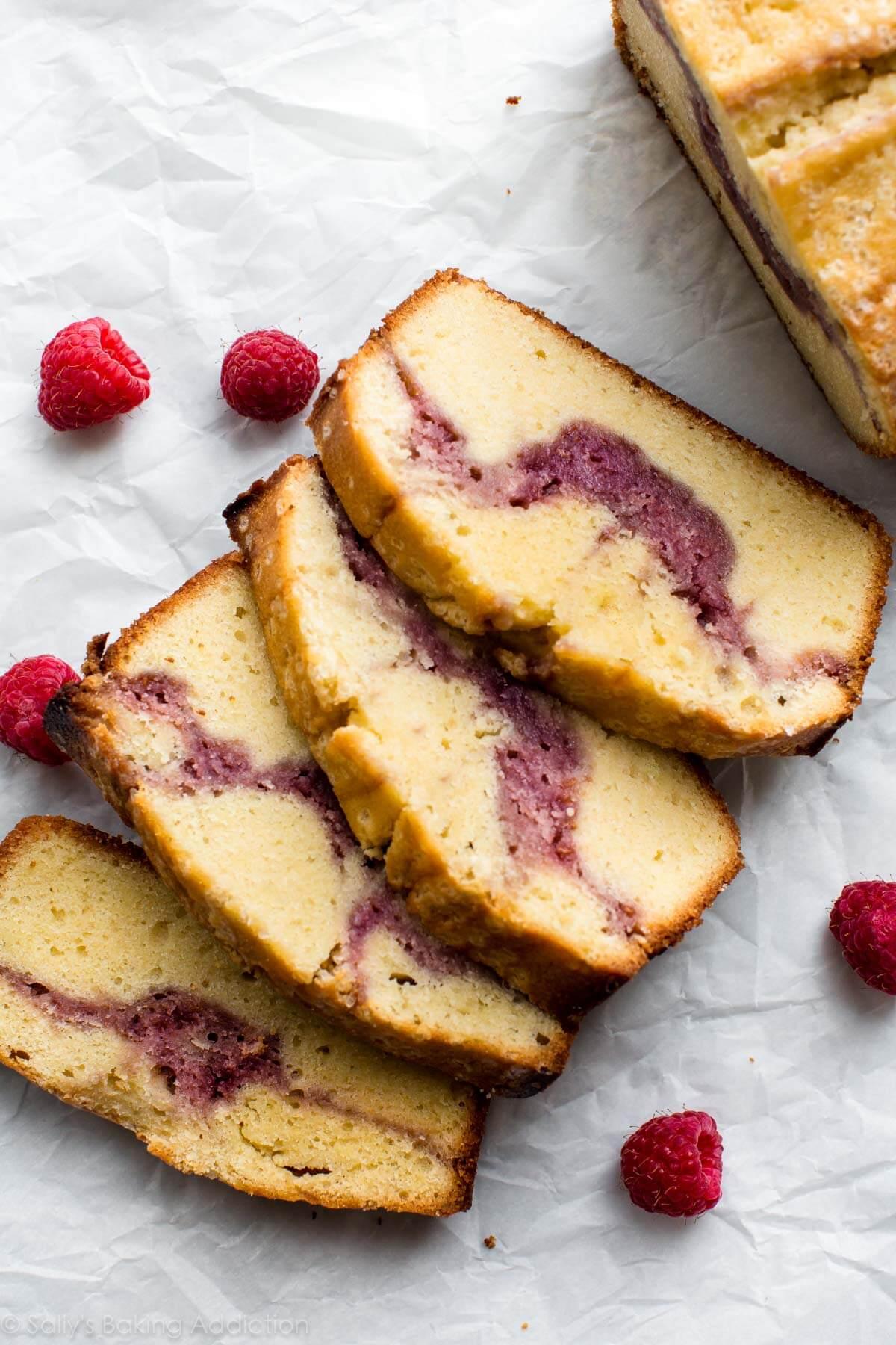 Délicieux gâteau moelleux et beurré avec un tourbillon de framboise épais! Garni de glaçage et SI FACILE à faire! Recette sur sallysbakingaddiction.com