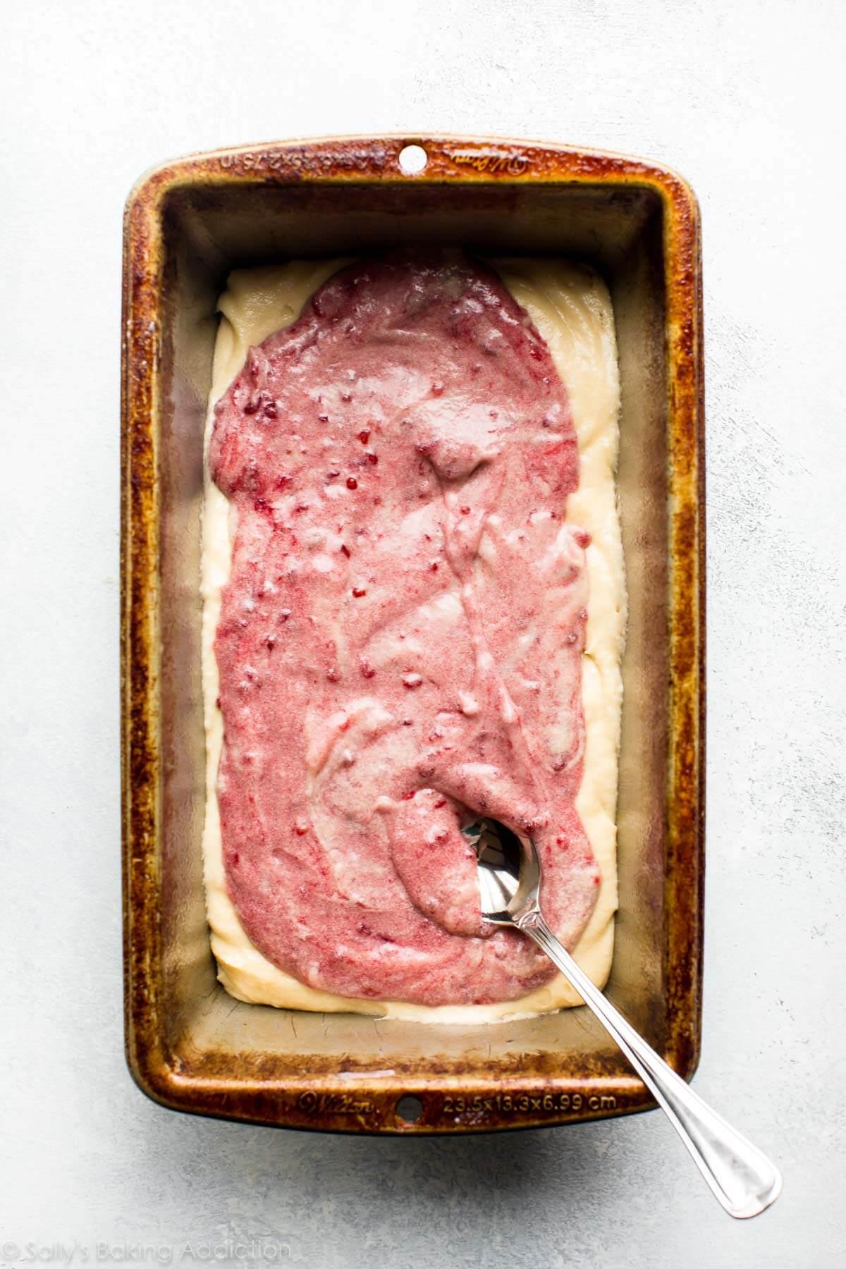 Comment faire un gâteau de tourbillon de framboises sur sallysbakingaddiction.com