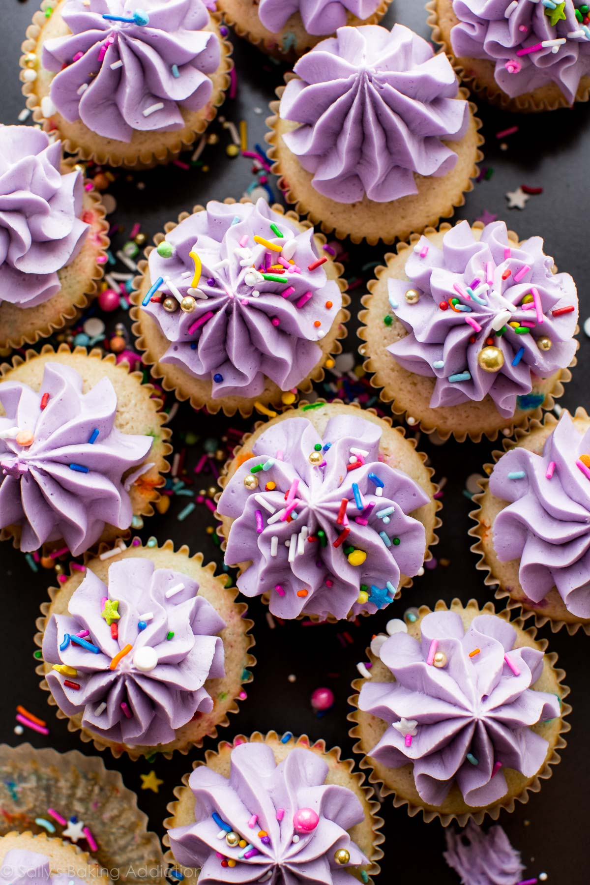 image aérienne de cupcakes funfetti avec glaçage violet et arrose