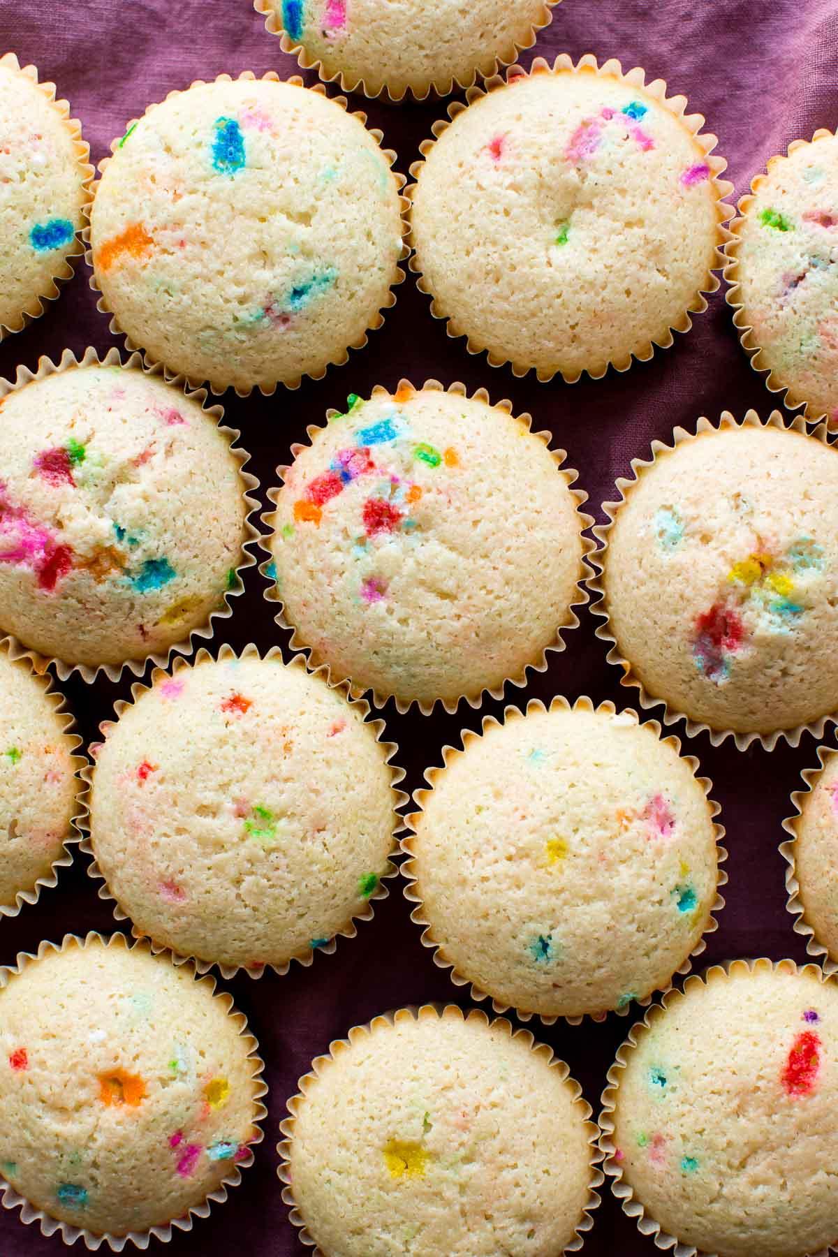 image aérienne de cupcakes funfetti sans glaçage