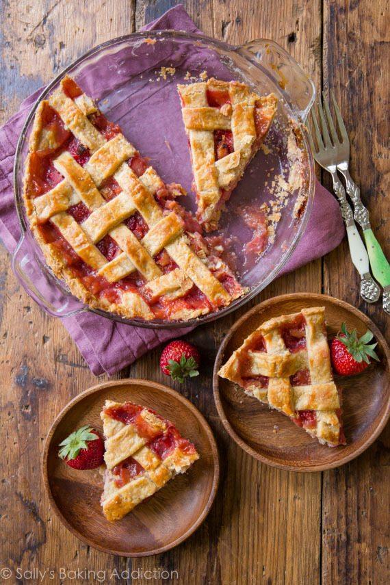 Ma nouvelle tarte à la rhubarbe aux fraises préférée! La garniture tient bien et la croûte à tarte maison est phénoménale! Recette sur sallysbakingaddiction.com