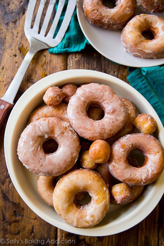 EXACTEMENT comment faire des beignets faits maison! Plus simple que vous ne le pensez. Photos et recette étape par étape sur sallysbakingaddiction.com