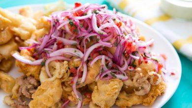 Photo of Assiette de fruits de mer frits péruviens avec oignons marinés à la lime et salade de tomates (Jalea)
