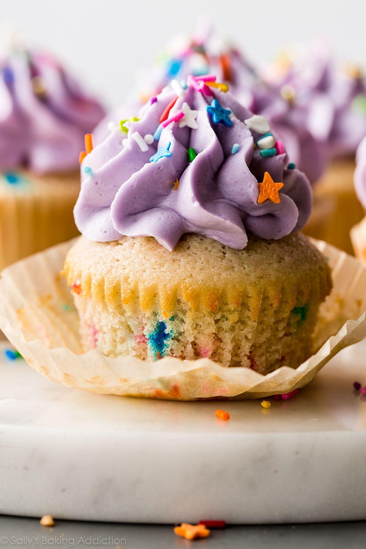 cupcake funfetti avec glaçage violet et pépites