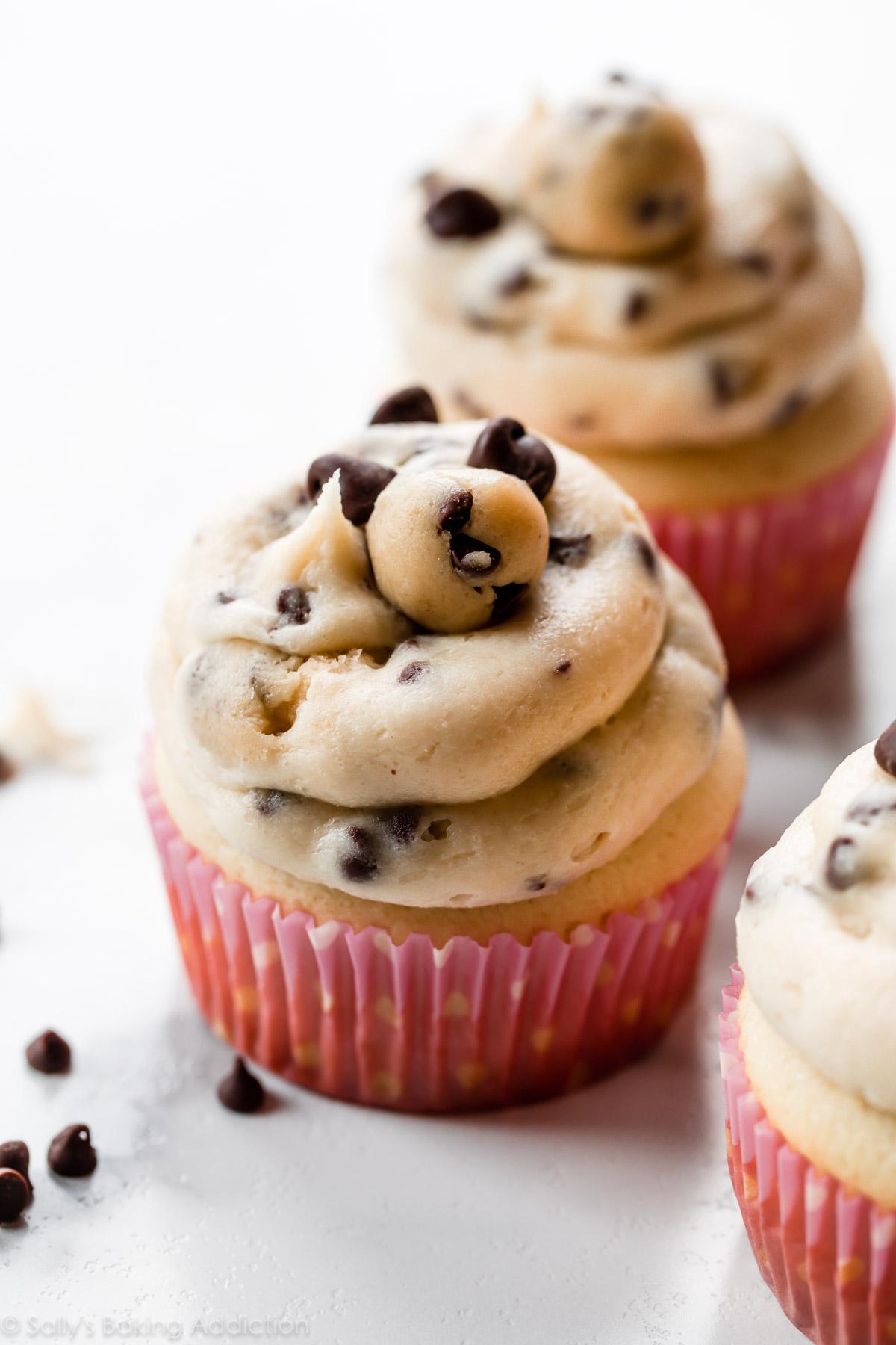 cupcakes à la pâte à biscuits aux pépites de chocolat fondu
