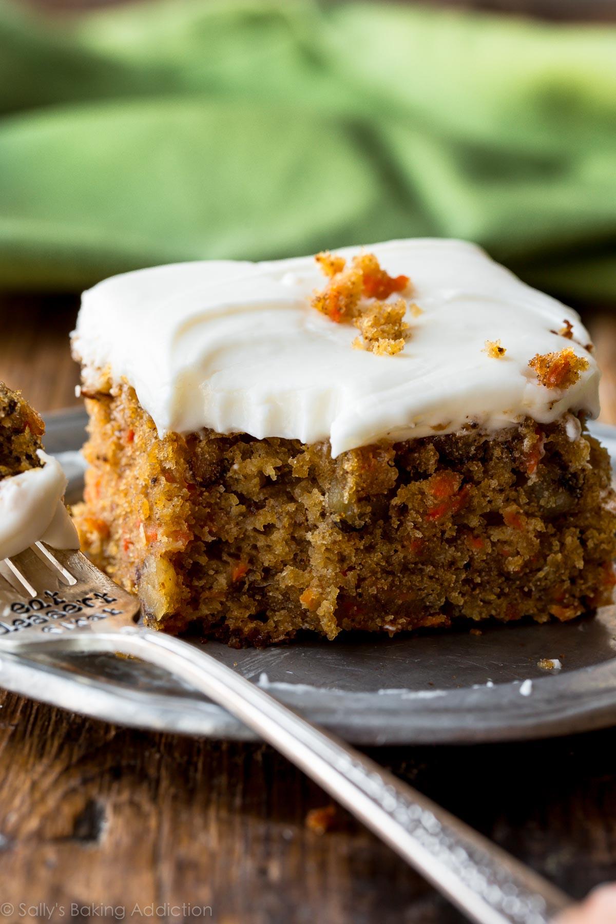 La meilleure recette de gâteau aux carottes est ce gâteau aux carottes à l'ananas avec un glaçage au fromage à la crème! Moelleux, épicé et si facile! Dessert de Pâques sur sallysbakingaddiction.com