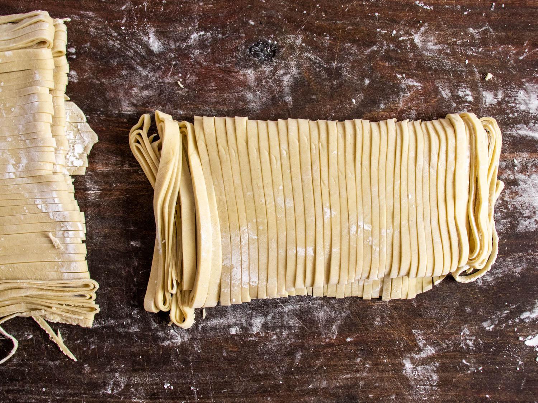 feuille de pâte de ramen maison coupée en nouilles individuelles