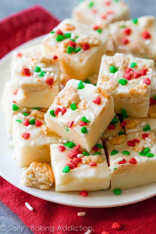 carrés de fudge Oreo doré avec des pépites de Noël sur une plaque blanche