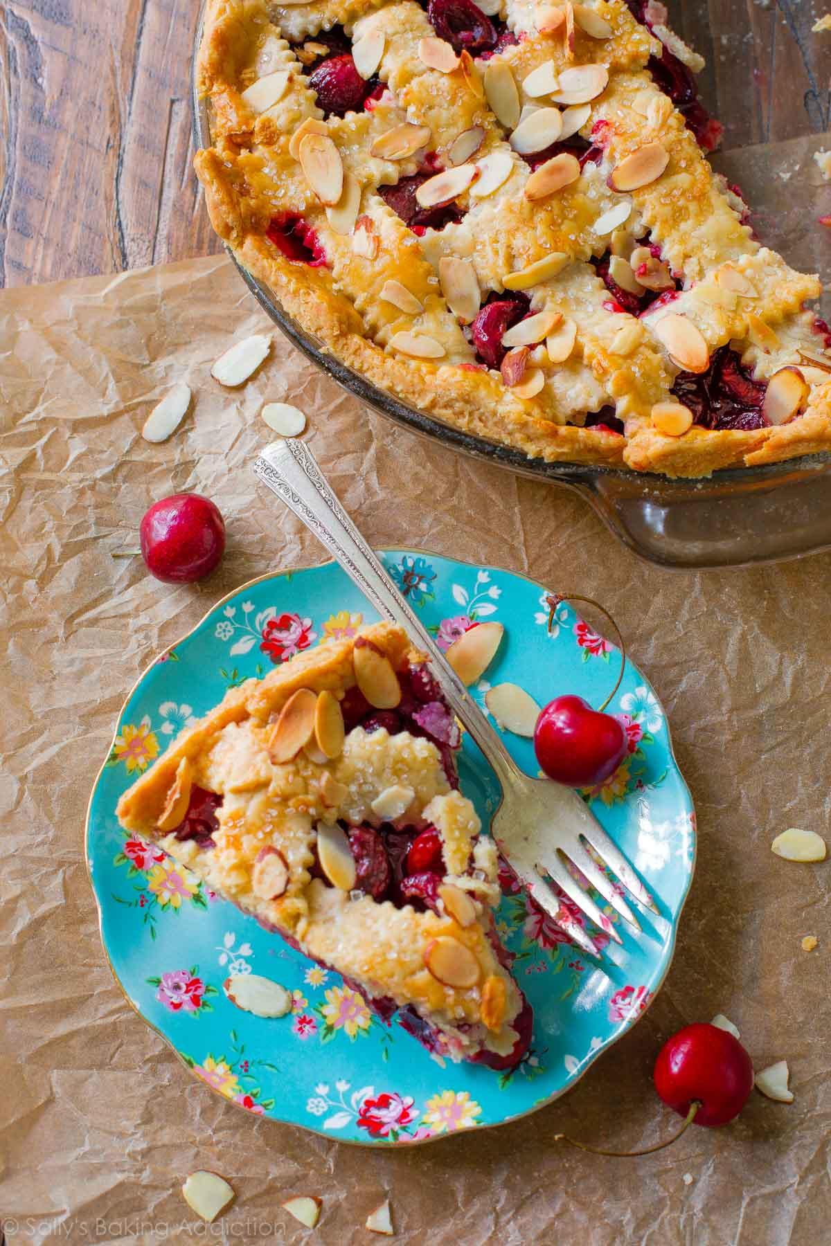 Voici comment faire une tarte aux cerises fraîche classique à partir de zéro. Ajoutez une petite pincée d'amandes grillées pour rehausser la saveur! Recette sur sallysbakingaddiction.com