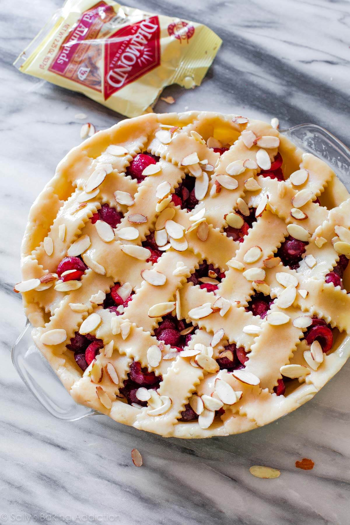 Tarte aux cerises douces aux amandes grillées sur sallysbakingaddiction.com