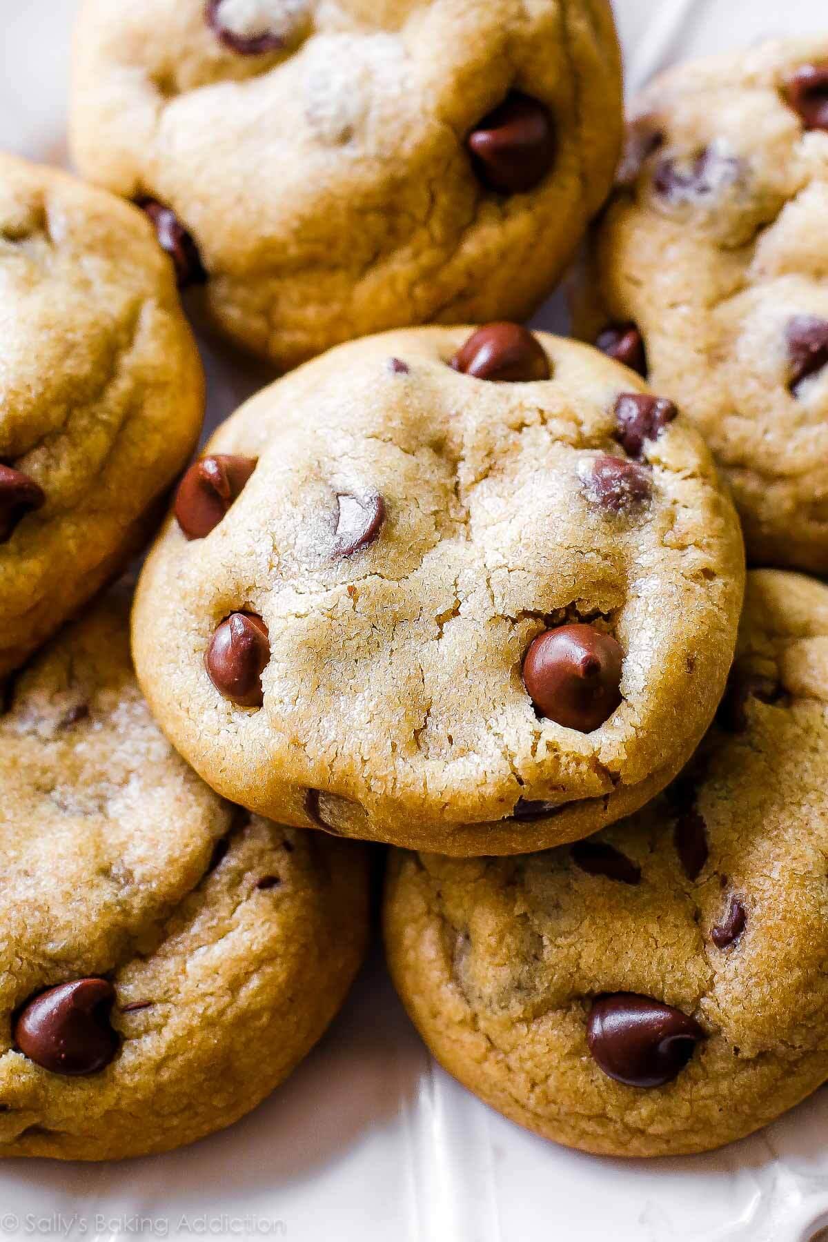 Vous n'avez pas eu de cookie aux pépites de chocolat jusqu'à ce que vous ayez eu un cookie aux pépites de chocolat au beurre brun! Recette sur sallysbakingaddiction.com