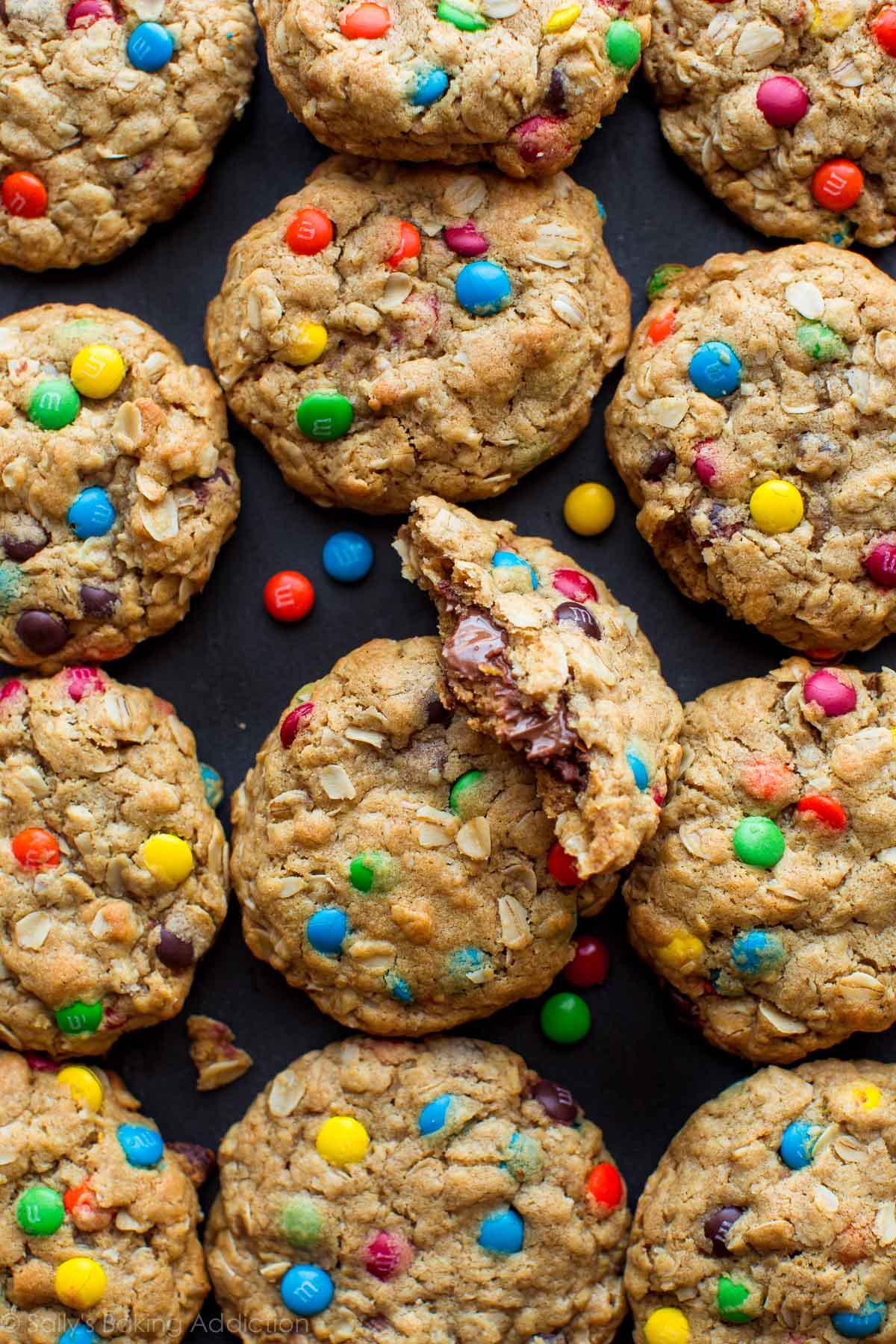 Biscuits monstres de tasse de beurre d'arachide sur sallysbakingaddiction.com