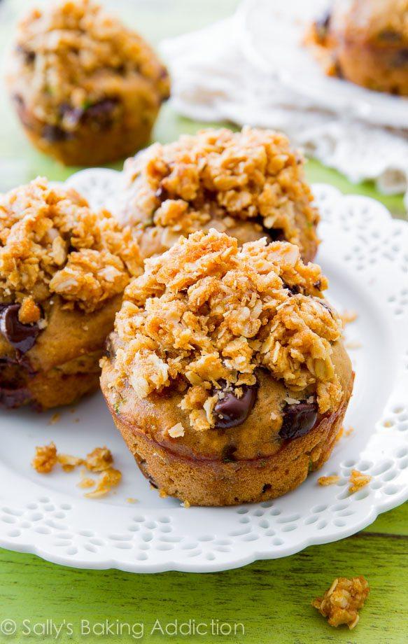 Muffins au pain aux courgettes aux pépites de chocolat super moelleux avec un streusel à l'avoine au beurre, de la cassonade et beaucoup d'épices douces Pas étonnant que cette recette ait remporté la première place!