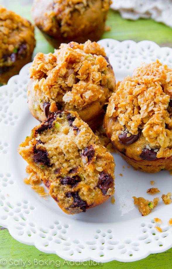 Muffins au pain aux courgettes aux pépites de chocolat super moelleux avec un streusel au beurre et à l'avoine, de la cassonade et beaucoup d'épices douces. Pas étonnant que cette recette ait remporté la première place!