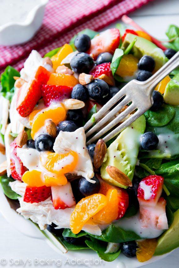 Salade de poulet aux fraises et aux amandes avec avocat