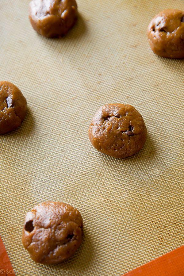 Comment faire des biscuits aux pépites de chocolat au beurre d'amande sans farine sur sallysbakingaddiction.com