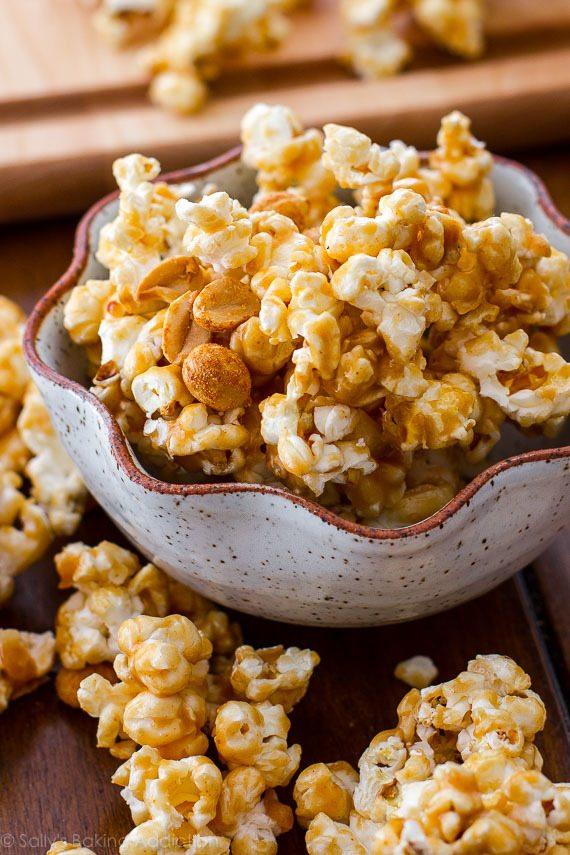 Maïs caramel au beurre d'arachide facile et addictif! La sauce caramel au beurre d'arachide n'a que 3 ingrédients! Recette sur sallysbakingaddiction.com
