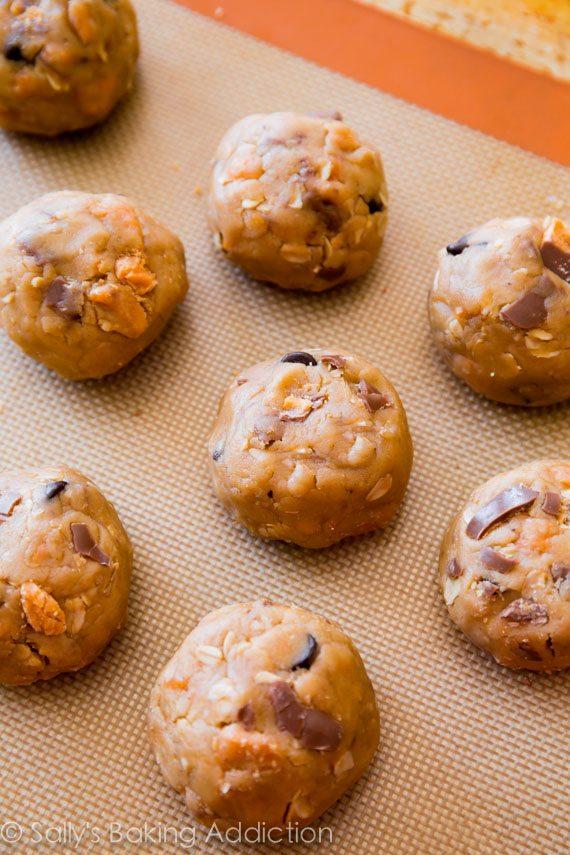 Ces biscuits à l'avoine au beurre d'arachide sont absolument chargés de barres de bonbons butterfingers. Ils sont super doux et prêts en un clin d'œil!