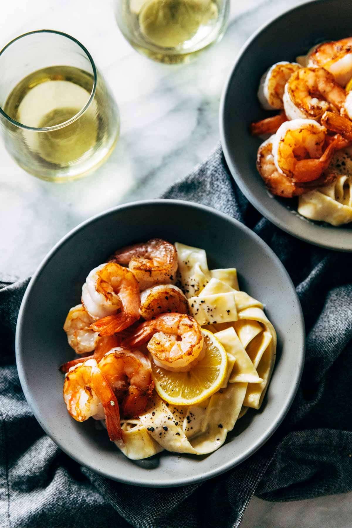 Date Nuit Citron Pappardelle dans un bol avec des crevettes.