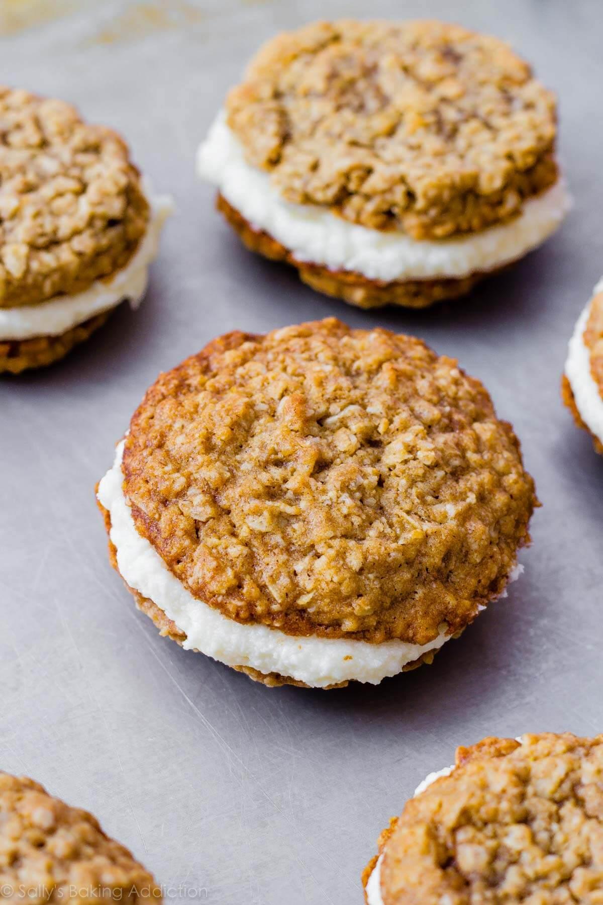 Copycat Little Debbie Oatmeal Cream Pies par sallysbakingaddiction.com. Ils ont même meilleur goût que les originaux! Recette sur sallysbakingaddiction.com