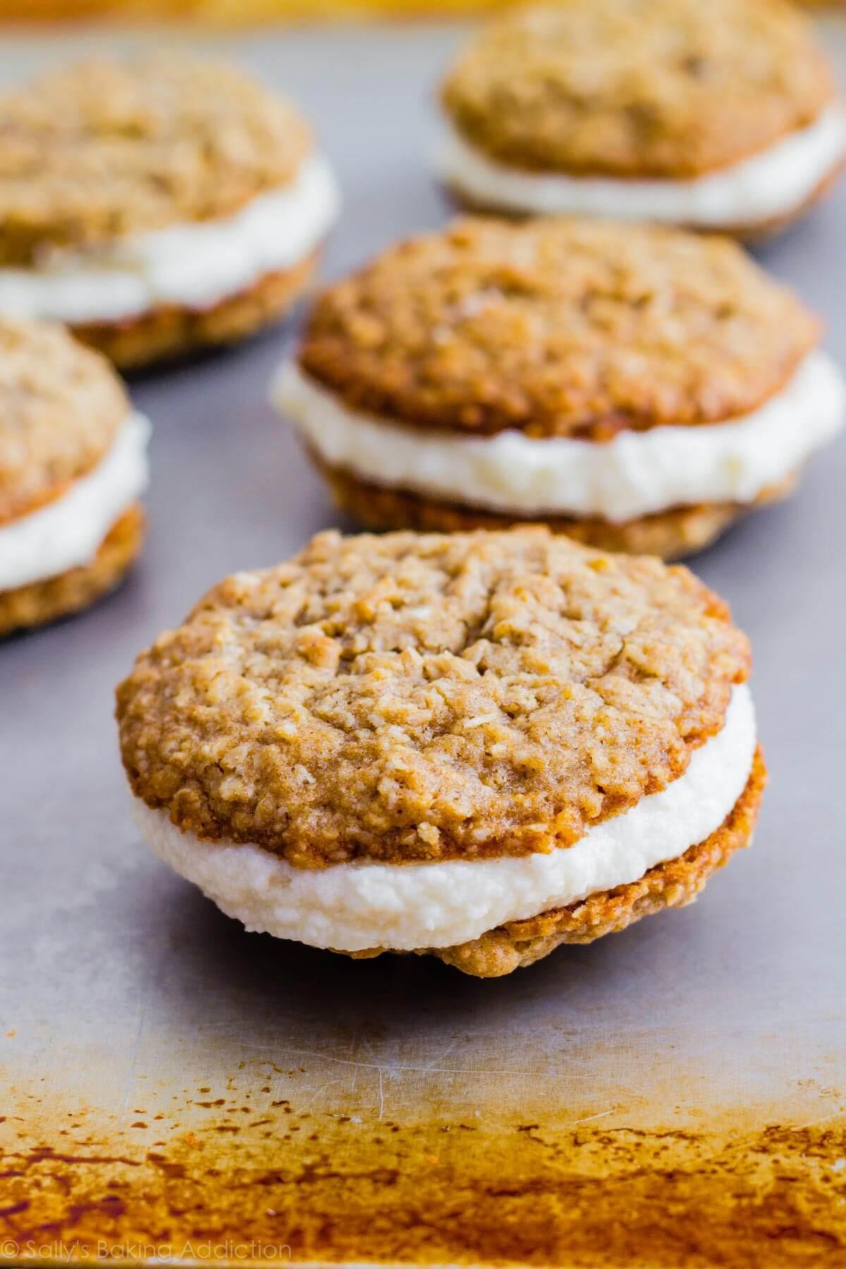Copycat Little Debbie Oatmeal Cream Pies par sallysbakingaddiction.com. Ils ont même meilleur goût que les originaux!
