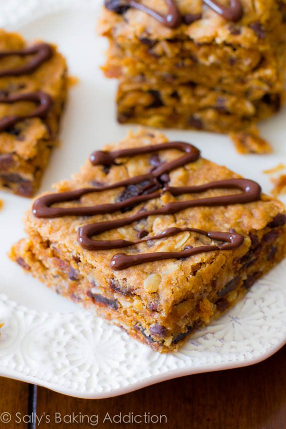 Facile (et sain!) Barres d'avoine de morceau d'arachide de morceau faites à partir de quelques ingrédients sains. Recette à sallysbakingaddiction.com