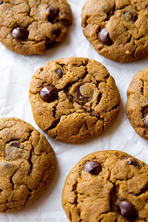 Biscuits aux pépites de chocolat au beurre d'amande sans farine à 5 ingrédients - sans gluten, simple, rapide! Recette sur sallysbakingaddiction.com