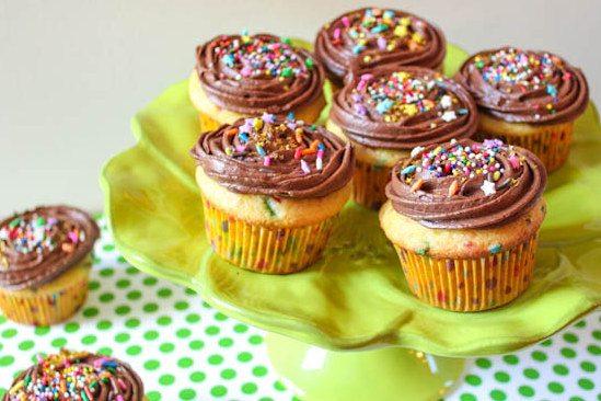saupoudrer les cupcakes de crème au beurre au chocolat au lait