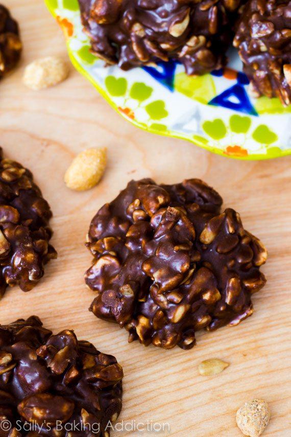 Ces 7 biscuits fudgy sans cuisson ont le goût de barres de bonbons. Sans gluten et sans sucres raffinés!