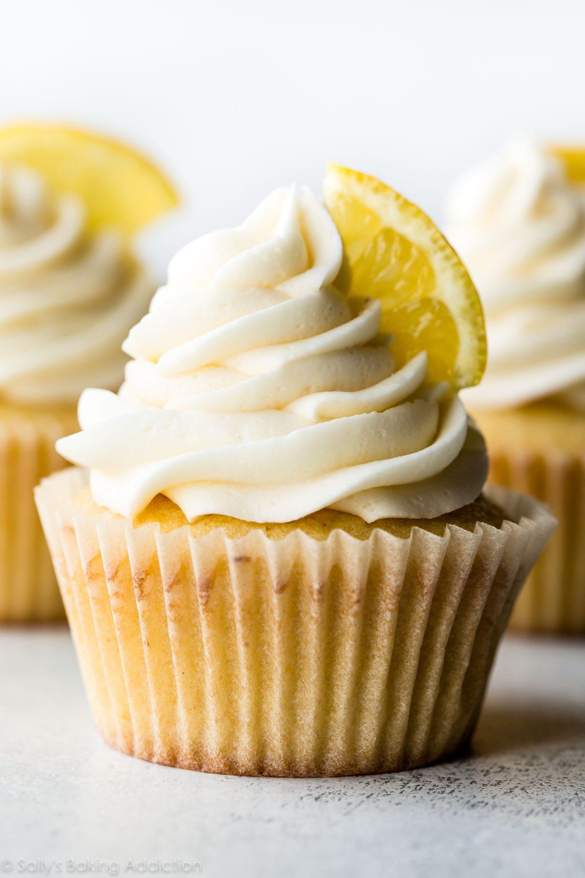 Ces petits gâteaux au citron maison sucrés au soleil avec glaçage à la vanille sont incroyablement doux et débordant de saveur de citron! Recette sur sallysbakingaddiction.com