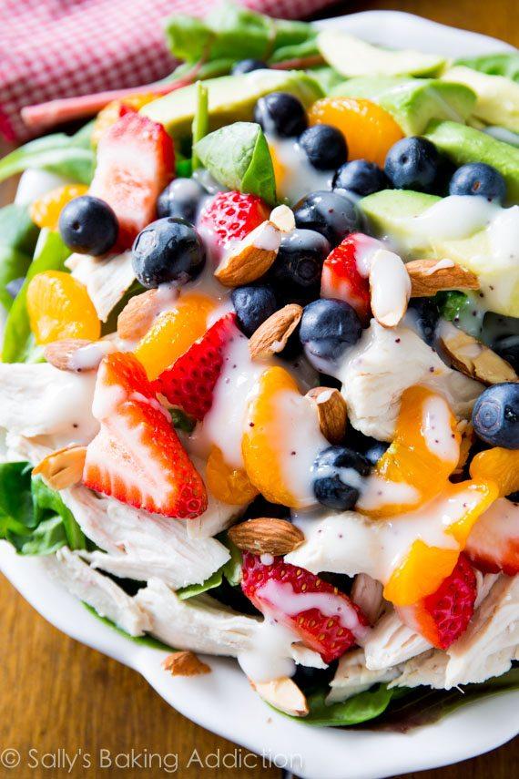 Cette salade a tout pour plaire! Sain, facile et plein de baies fraîches, de poulet, d'avocat et garni d'une vinaigrette crémeuse aux graines de pavot maison.