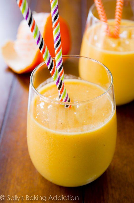Sunshine Smoothie - réveillez-vous avec ce smoothie crémeux et sain de sallysbakingaddiction.com